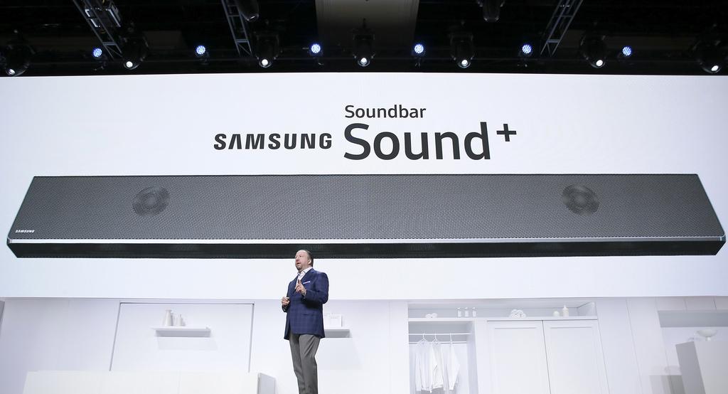 SAMSUNG Soundbar Sound+ ,스틴지아노 전무가 무언가를 말 하고 있다