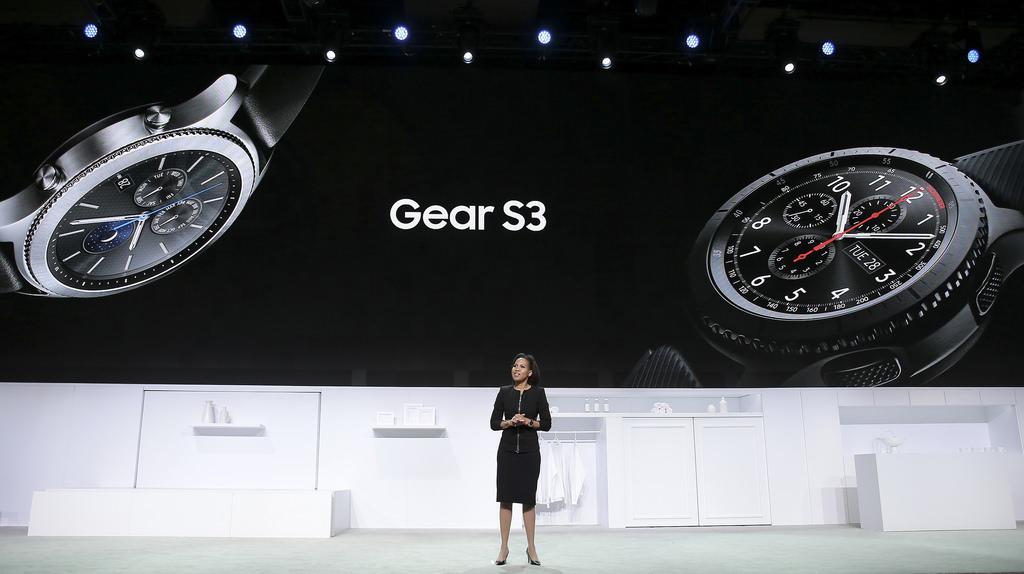 Gear S3 , 삼성전자 북미총괄 모바일부문 부사장 알라나 코튼(Alanna Cotton)이 무언가를 말 하고 있다