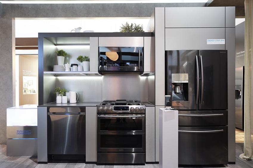 삼성 카운터 뎁스 냉장고 식기세척기 가스레인지가 전시 되어 있는 주방