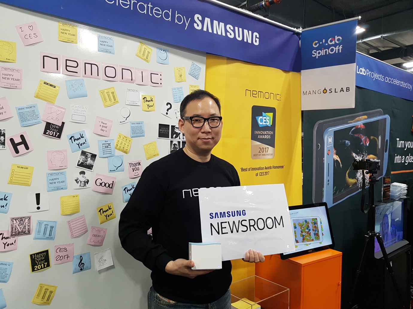 네모닉을 개발한 박용식씨가 SAMSUNG NEWSROOM 플랜카드를 들고 있다