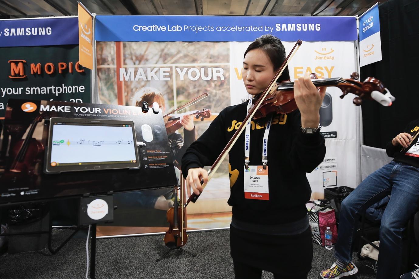잼이지(JAMEASY) 부스에서 바이올린을 연주하는 서다원씨