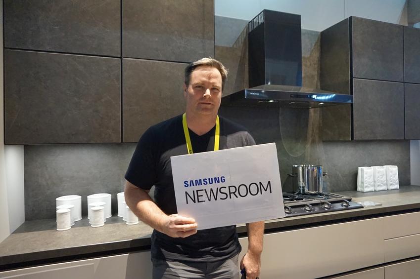 딘 헤클러(Dean Heckler, 43)씨가 SAMSUNG NEWSROOM 플랜카드를 들고있다