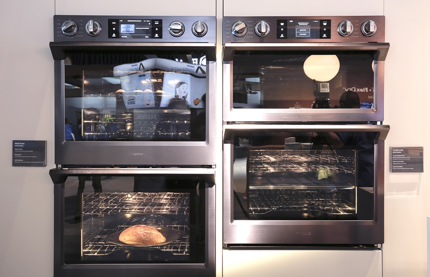 삼성 빌트인 월 오븐으로 빵을 굽고 있는 이미지