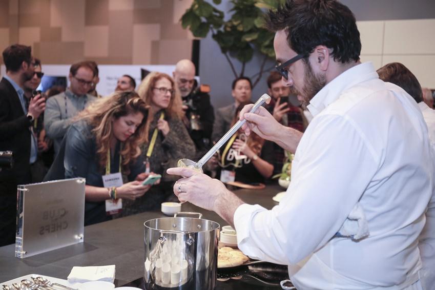 삼성전자는 CES 2017에서  크리스토퍼 코스토우 셰프가 요리를 하고 있다