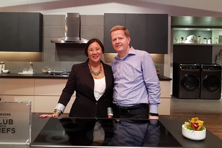 쿠킹쇼 현장을 찾은 짐(Jim Barr, 43)씨와 레티샤(Leticia Barr, 42)씨 부부의 웃고 있는 인터뷰 사진