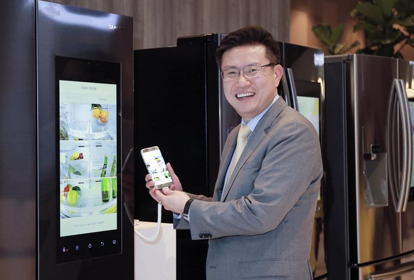 구성기 삼성전자 생활가전사업부 상무가 갤럭시S7 엣지 골드를 들고 웃고 있다