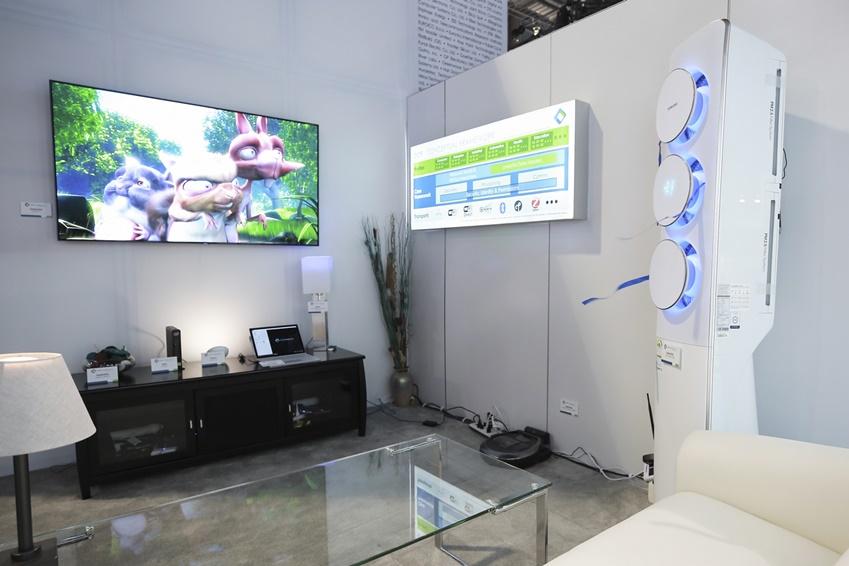삼성 가전제품이 사용자의 명령에 따라 움직이는 광경을 직.간접적으로 체험 할수 있는 거실존