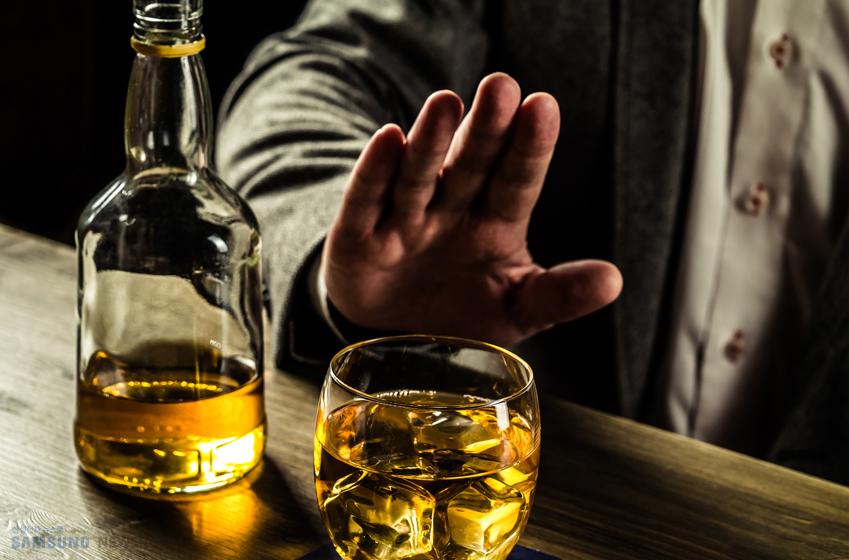 술을 거부하고 있는 한 남성의 손