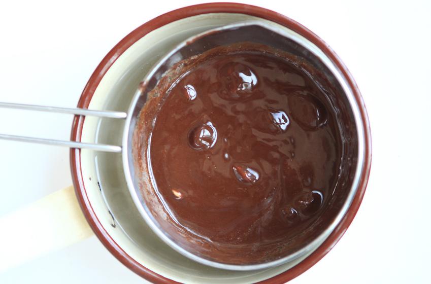 볼에 버터와 초콜릿을 넣고 중탕으로 녹인 사진