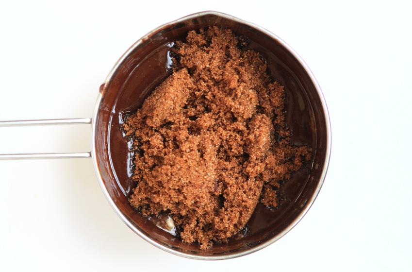 흑설탕을 넣고 녹인 다음, 큰 그릇으로 옮겨 살짝 식힌 사진