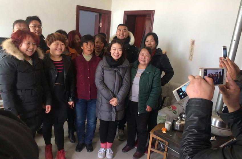 옌츠마을 사람들과 촬영팀 기념촬영 사진