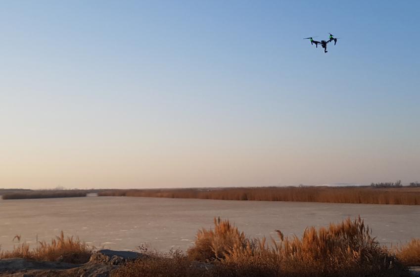 하란산맥 기슭 사막에서 촬영용 드론이 높이 날고 있다