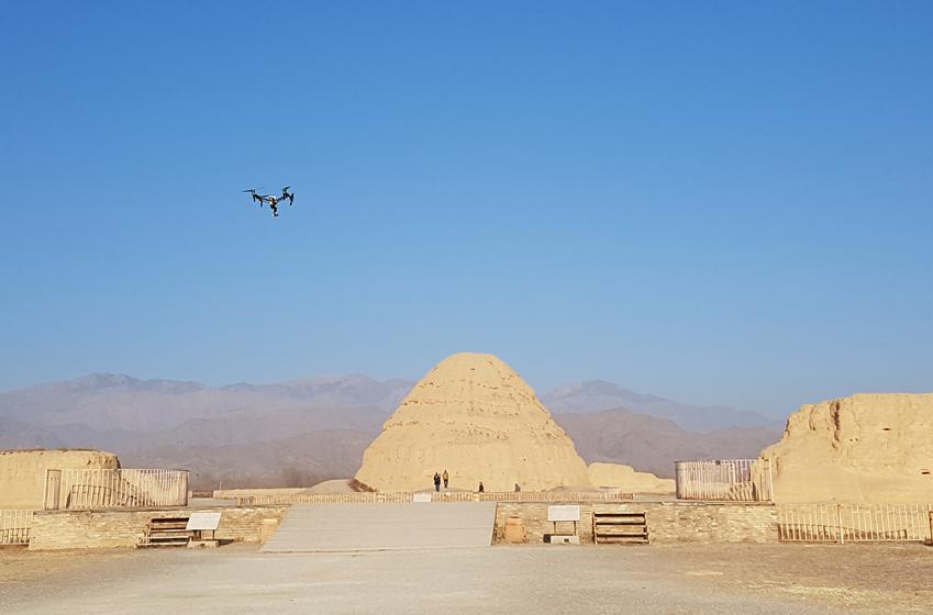 하란산맥 기슭 사막에서 드론이 날고있다