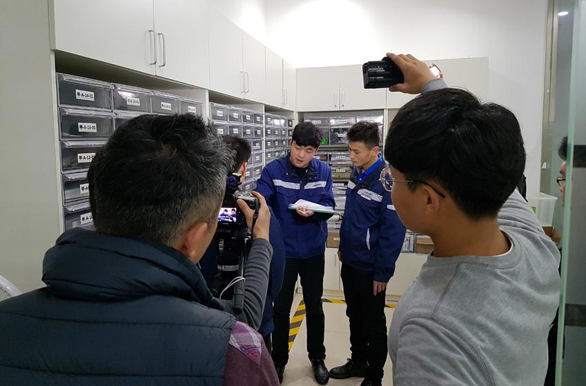 삼성테크인스티튜트를 거쳐 삼성전자에 취업한 천즈화(사진 파란색 유니폼 차림 오른쪽)씨가 뭔가를 설명하고 있다