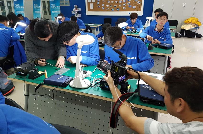 삼성테크인스티튜트에서 학생들을 가르치는 모습