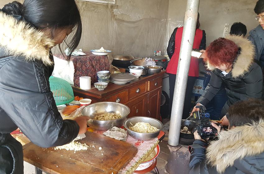 옌츠 마을에서 촬영팀을 위해 잔치를 벌였다 동네 아주머니들의 칼질 몇 번에 양고기가 금세 먹기 좋은 상태로 토막이 나 있다