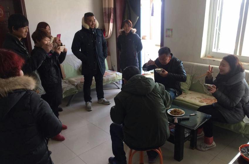 옌츠마을 사람들과 촬영팀이 양고기를 먹고 있다