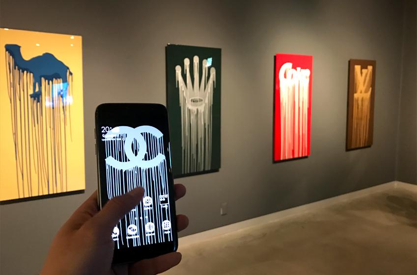 '프랑스 거리 예술의 선구자'로 불리는 제우스는 각종 형상이나 브랜드 로고에서 물감이 흘러내리는 듯한 시각적 효과를 보여주고 있는 4개의 그림 스마트폰 테마는 그의 작품 '리퀴데이티드 샤넬(Liquidated Chanel)'을 적용했다