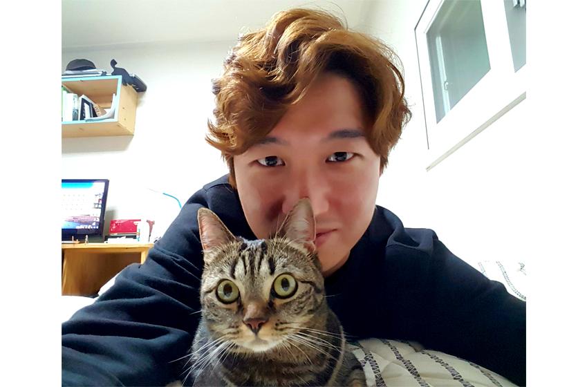 김웅지 선임이 자신의 고양이 마리와 함께 포즈를 취하고 있다