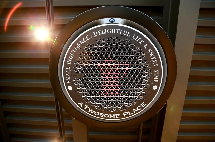 투썸플레이스 천안통정점에 설치된 360 카세트 디자인 패널. 엠블럼과 슬로건