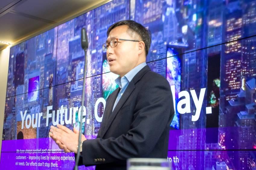 LED 메가 론칭 쇼케이스에서 삼성 디스플레이를 소개하는 김석기 삼성전자 영상디스플레이사업부 전무가 무언가를 말 하고 있다