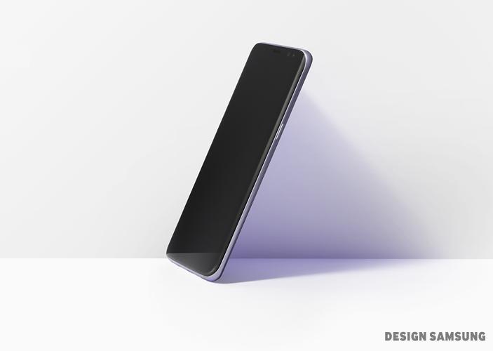 기울여진 채 놓여진 갤럭시 S8의 모습. 이 작은 기기를 통해 모든 걸 하나로 연결하는 경험은 여러분의 삶에 새로운 의미를 부여해줄 겁니다.