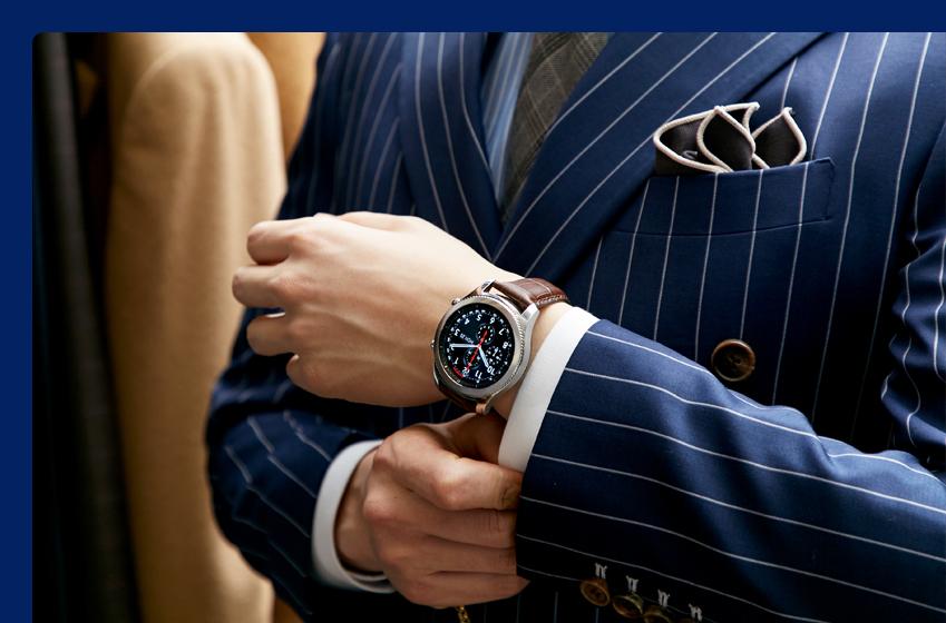 남색 스트라이프 재킷에 갈색 악어 무늬 가죽 스트랩이 장착된 기어 S3를 매치한 모습