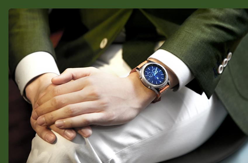 밝은 갈색 스트랩,녹색 재킷, 흰색 바지를 매치한 모습