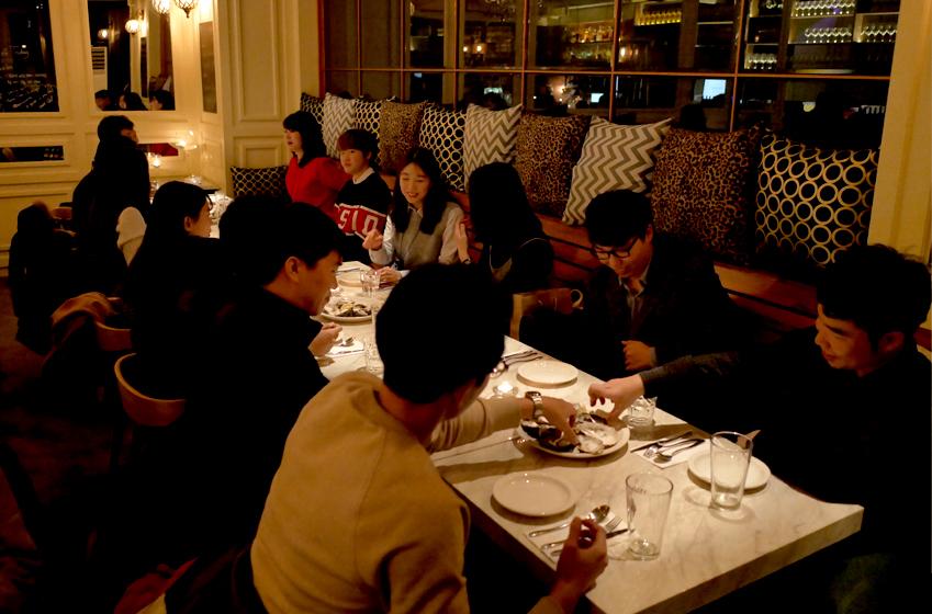 발대식 후 이어진 저녁 식사 자리에선 모든 참가자가 한데 모여 담소를 나누며 즐거운 시간을 보냈다
