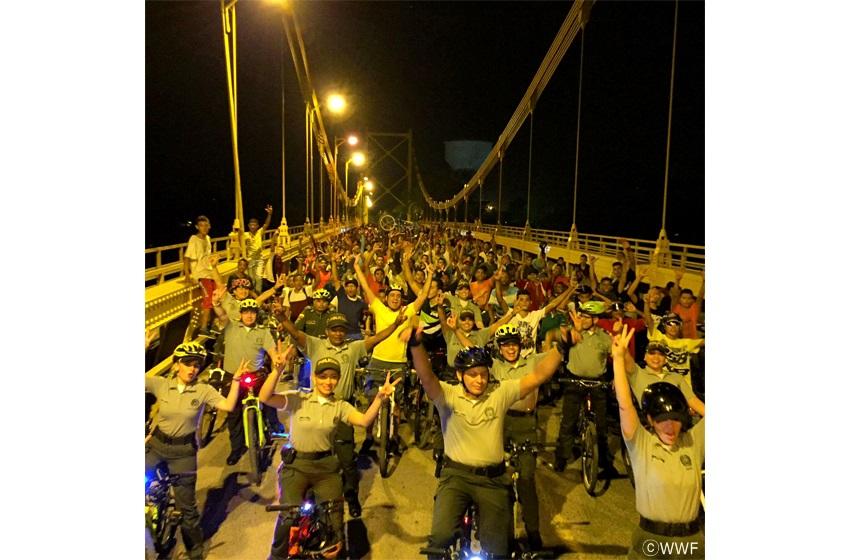 컬럼비아에선캠페인 취지를 강조하기 위해 자전거 전조등과 가로등 불빛에 의존해 시내를 달리는 행사가 진행됐다