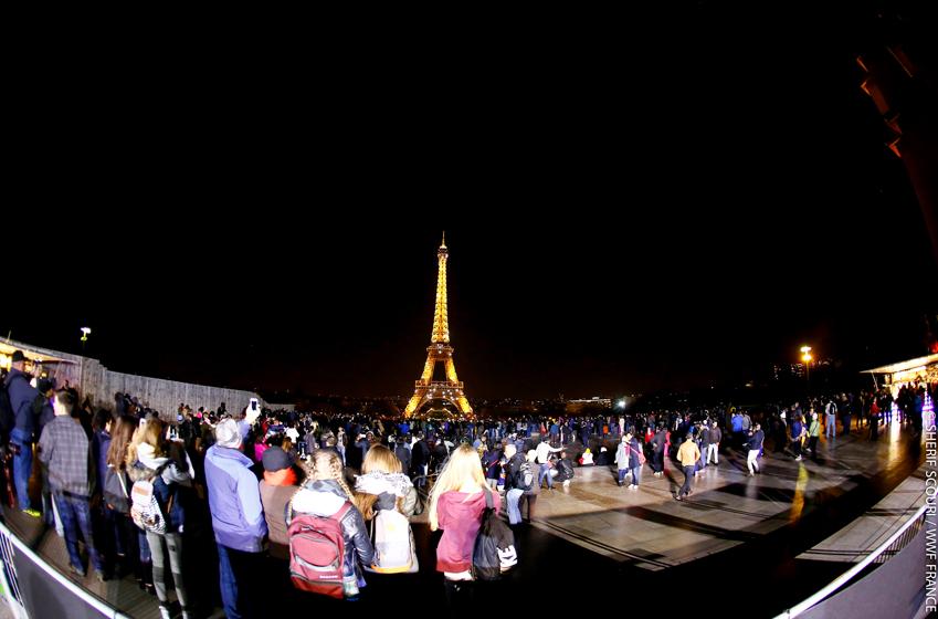 올해 글로벌 어스 아워 캠페인이 진행된 지난 25일, 에펠탑 앞에 모여든 파리 시민들이 조명이 꺼지는 순간을 기다리는 모습