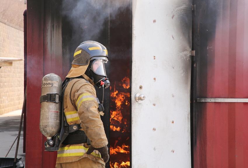 카메라 성능을 실험하기 위해 가상으로 조성한 화재 현장. 어두운데다 연기가 자욱해 바로 앞도 잘 보이지 않는다