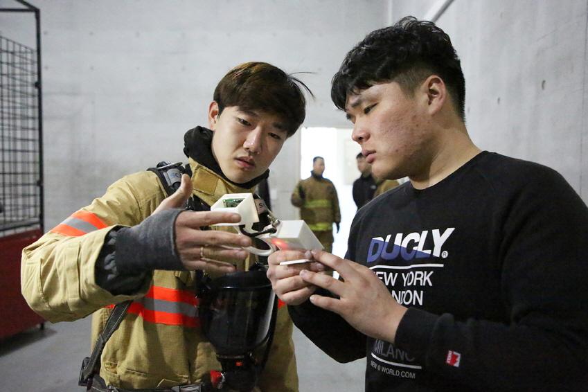 테스트 직전 이그니스 팀원 한규동(사진 왼쪽)씨와 김홍주씨가 카메라 작동 상태를 점검하고 있다