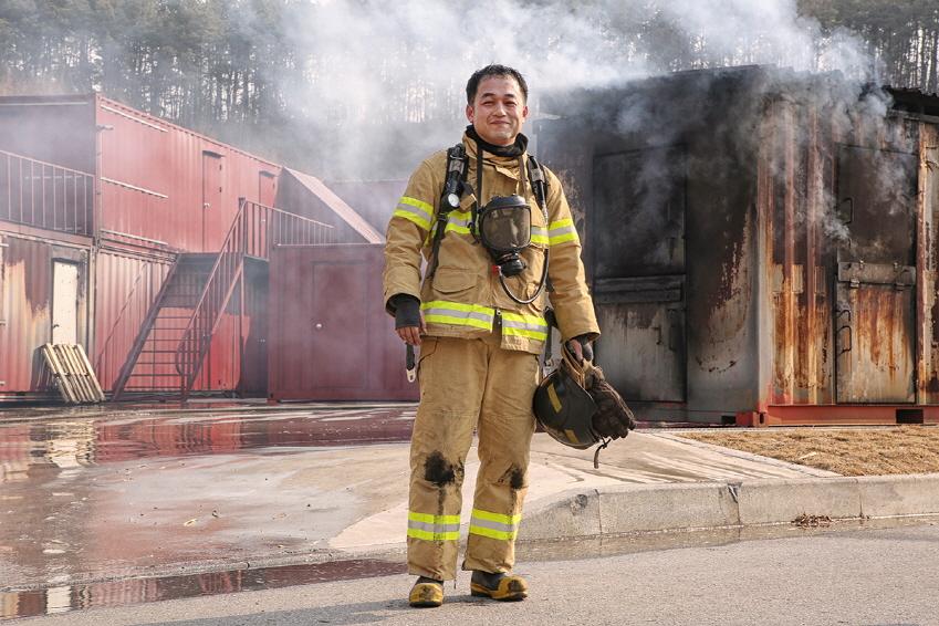 """모든 훈련이 끝난 후 김윤래씨는 """"실제 화재 환경은 훈련 상황보다 훨씬 뜨거울 텐데 제 목숨 부지하기조차 힘든 환경에서 인명을 구조해낸다고 생각하니 새삼 소방관에게 고마운 생각이 들었다""""고 말했다"""