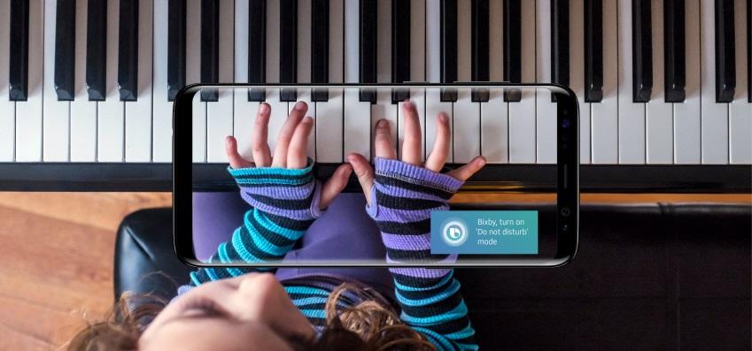지능형 인터페이스 '빅스비(Bixby)'가 피아노 연주에 열중하는 사용자를 방해하지 않기 위해 스스로 동작하는 모습