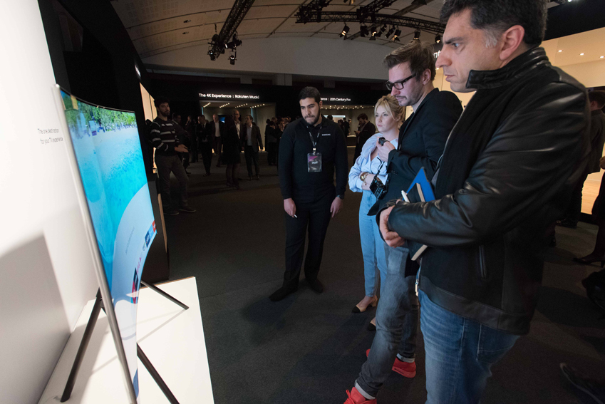 QLED TV는 세계 최초로 (디스플레이 밝기까지 고려된 색 재현 능력을 3차원 형상으로 구현한) 컬러볼륨을 100% 구현, 색 영역을 넓혀 한층 깊이 있는 색상 표현이 가능해 관람객이 놀랐다.