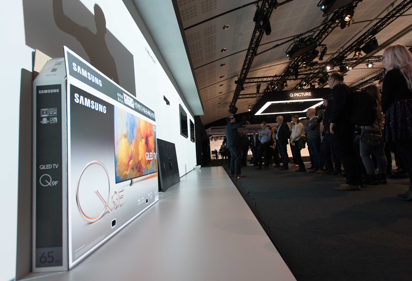 실루엣 프로모터를 통해 QLED TV 설치 과정을 살펴볼 수 있도록 한 현장 모습