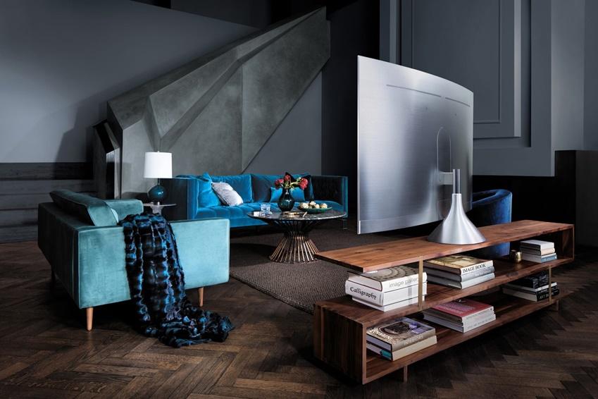 거실에 자연스럽게 녹아져있는 QLED TV. 베젤리스(bezel-less) 디자인 도입으로 깔끔한 전면과 부드럽고 매끈한 후면이 보인다.