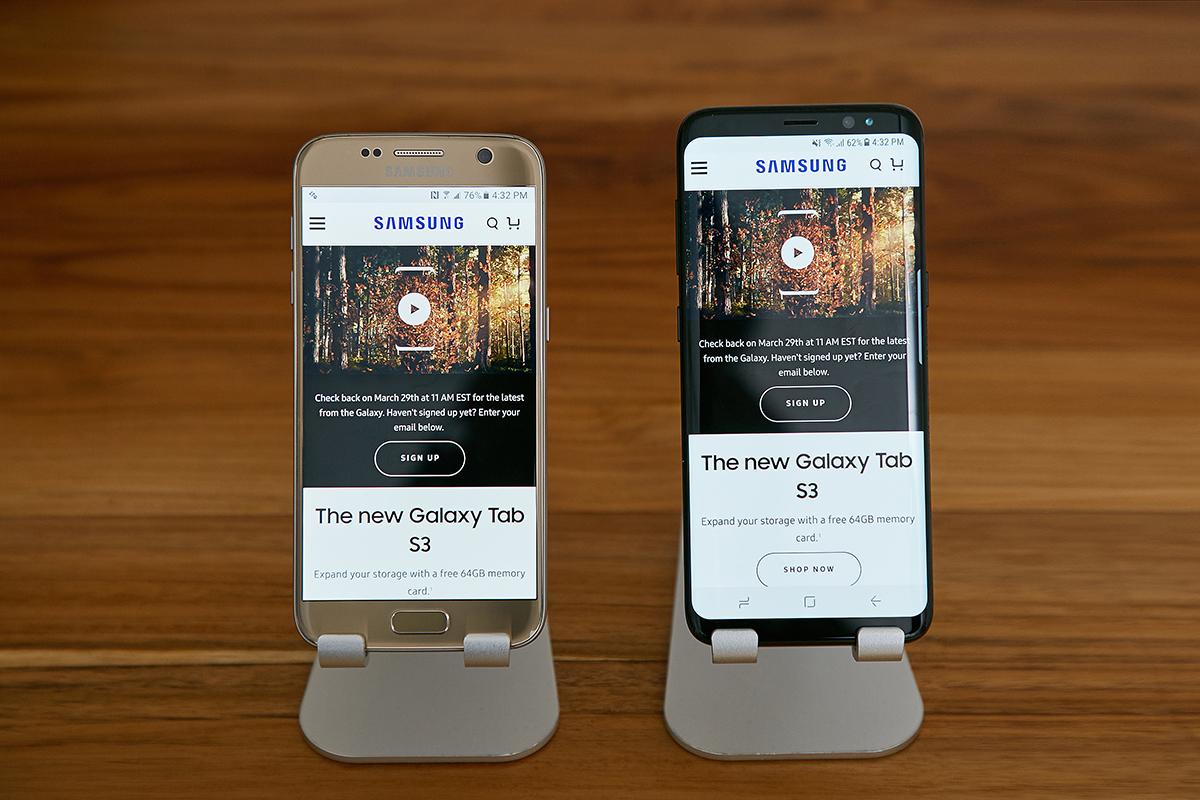갤럭시 S7(사진 왼쪽)과 나란히 비교해보면 갤럭시 S8 디스플레이가 얼마나 더 많은 정보를 보여주는지 직관적으로 확인할 수 있습니다