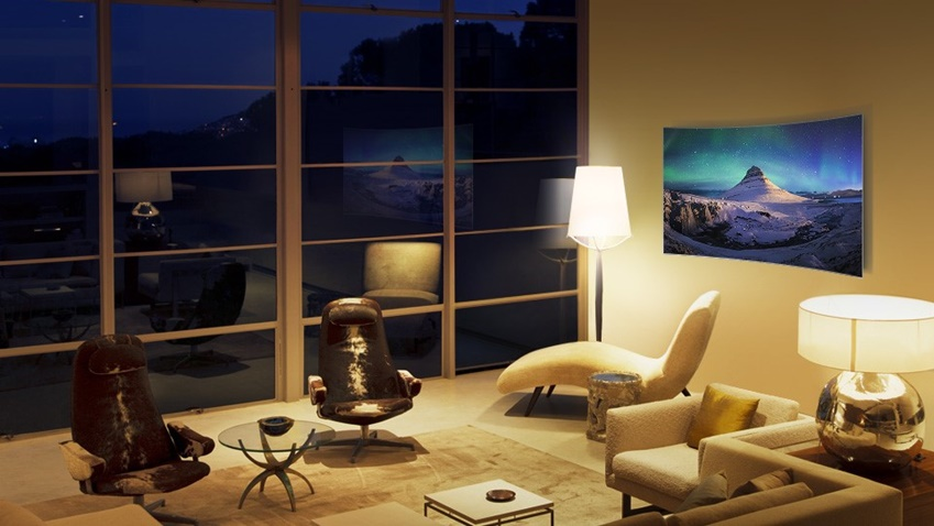빛 반사를 거의 없애 주변 조명에 상관없이 선명한 색감을 즐길 수 있는 QLED TV 모습