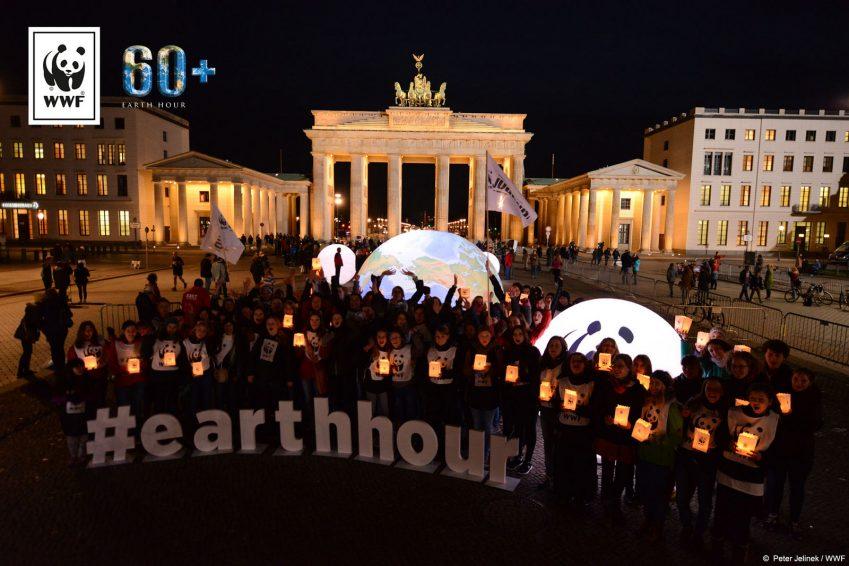 글로벌 어스 아워 캠페인 시작 직전,한자리에 모여 조명이 꺼지길 기다리는 독일 시민들