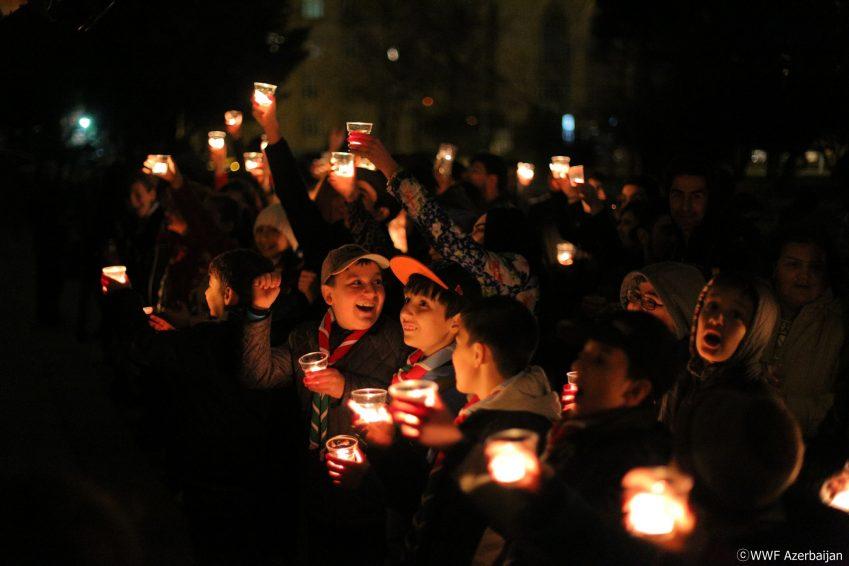 캠페인에 참여한아제르바이잔 시민들이 초를 밝힌 채 즐거워하는 모습