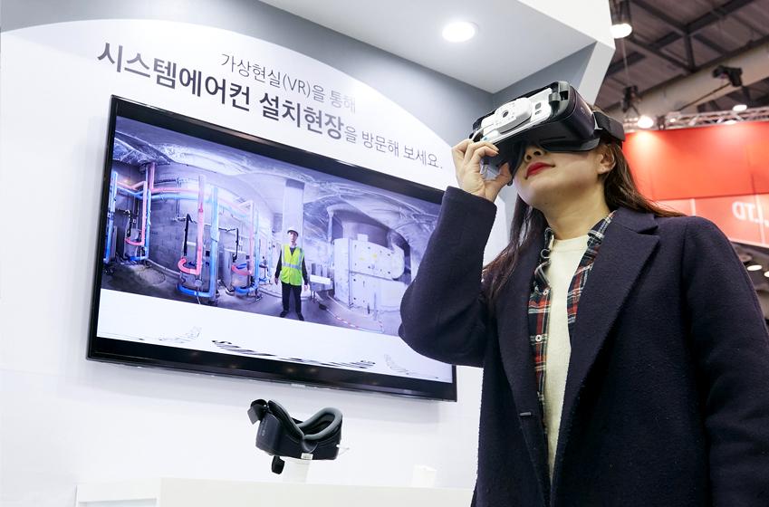 가상현실 체험을 위해 기어 VR을 착용한 모습