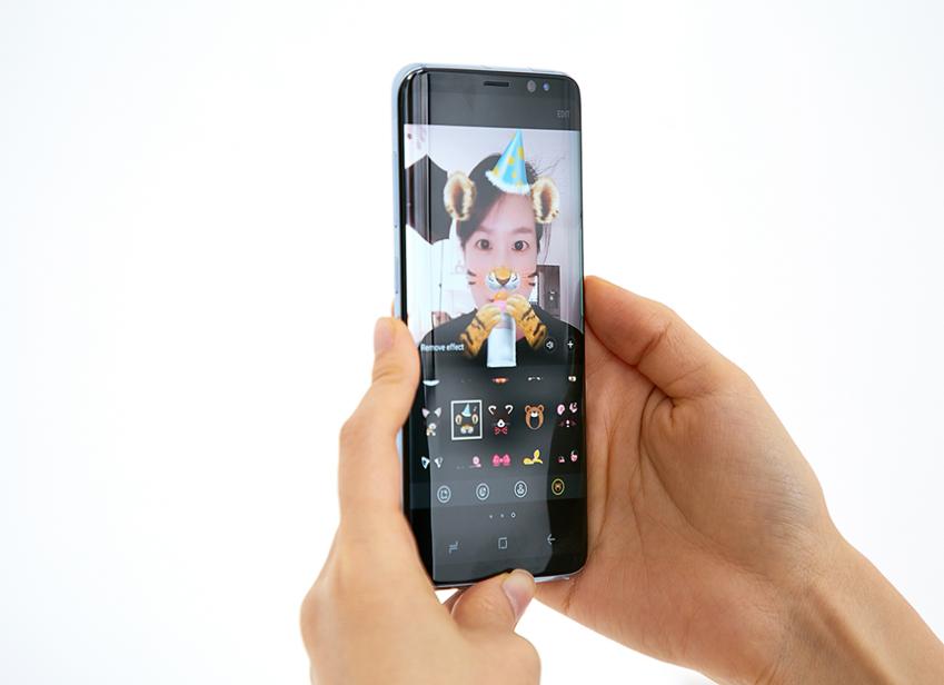 갤럭시 S8 카메라로 촬영한 사진에 동물 눈∙코∙입 모양 스티커를 적용한 모습
