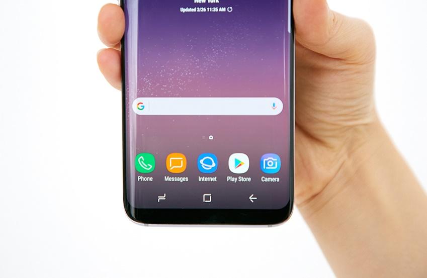 갤럭시 S8은 네 가장자리 모두 섬세한 곡면을 띱니다. 또한 디스플레이 모서리도 둥글게 처리돼 일체감 있는 디자인을 갖췄습니다