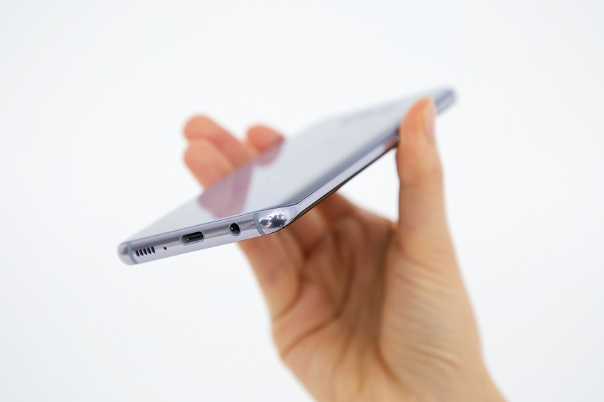 갤럭시 S8의 외관은 메탈 프레임과 글래스 소재가 마치 원래 하나인 듯 조화를 이룹니다