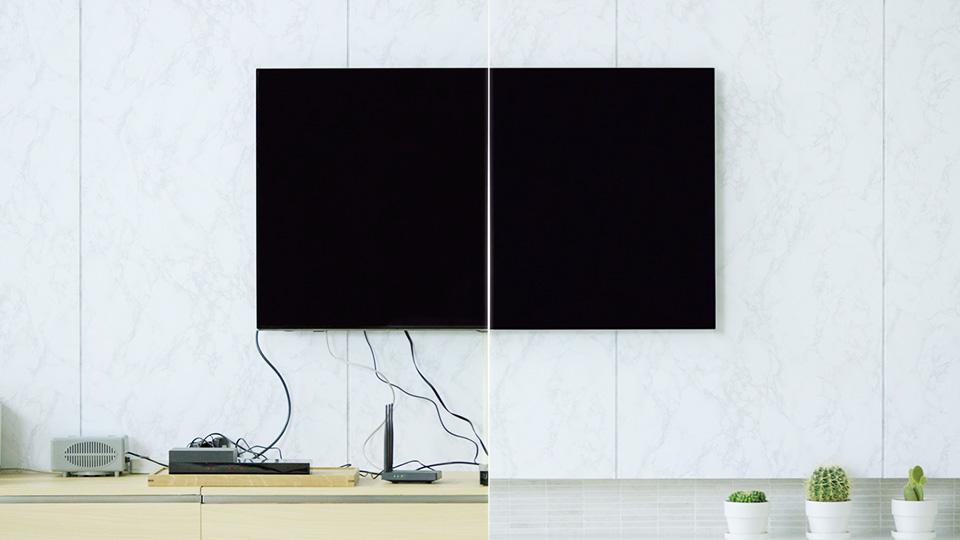 선이 어지럽게 늘어져있는 과거의  TV와 인비저블 커넥션으로 깔끔한 QLED TV 비교 모습