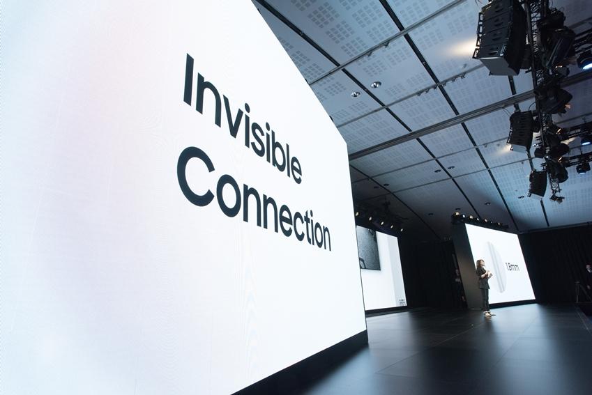 Invisible connection은 눈에 보이지 않는 투명 케이블로 TV를 더욱 돋보이게 합니다