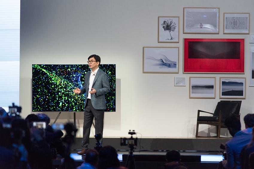 김현석 삼성전자 영상디스플레이 사업부 사장이 론칭 TV를 소개하고 있습니다