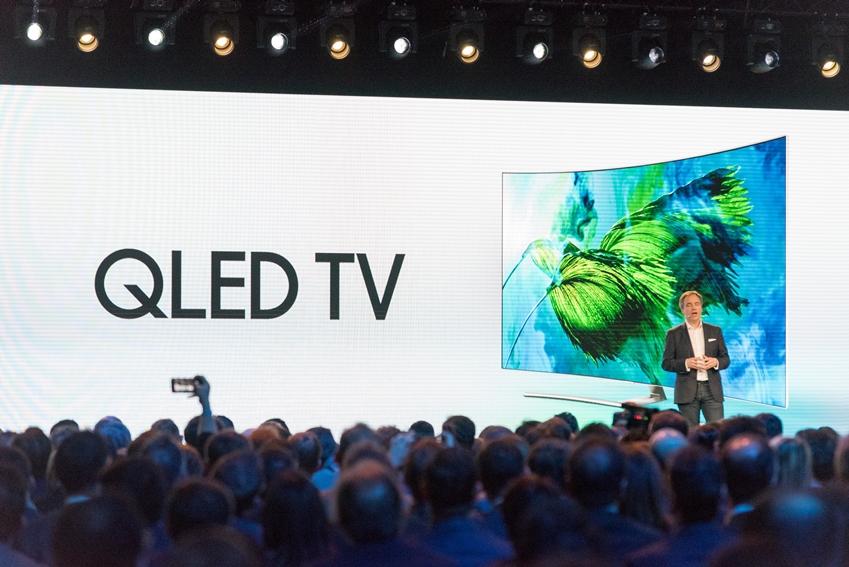 스테판 코트(Stephane Cotte) 삼성전자 프랑스법인 소비자가전(CE) 총괄 상무가 발표하는 모습 . QLED TV에 대한 참가자들의 반응도 뜨거웠습니다